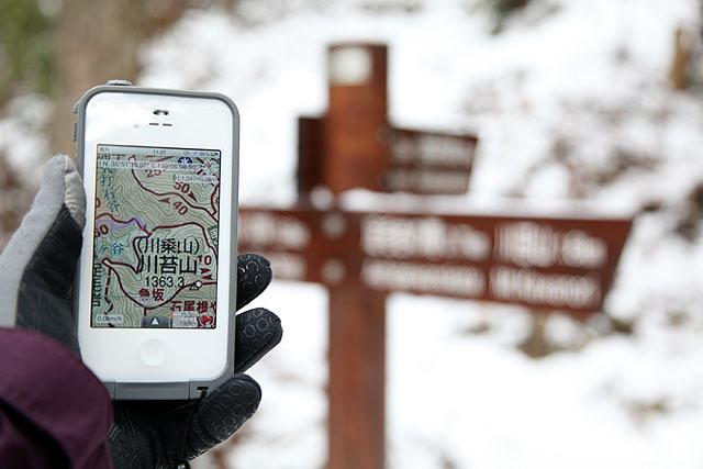 DIY GPSを実際に山で使っている様子。携帯圏外でもiPhoneのGPSは使えるので、山奥で正確に現在地が判ります。