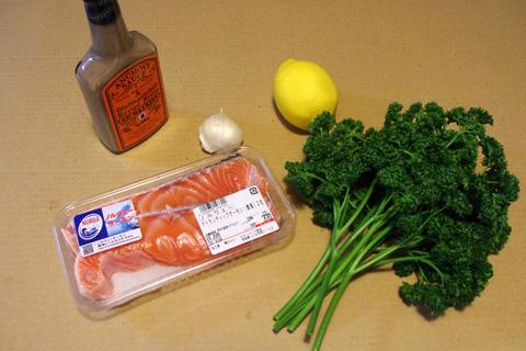 材料:鮭、アンチョビソース、にんにく、レモン、パセリ