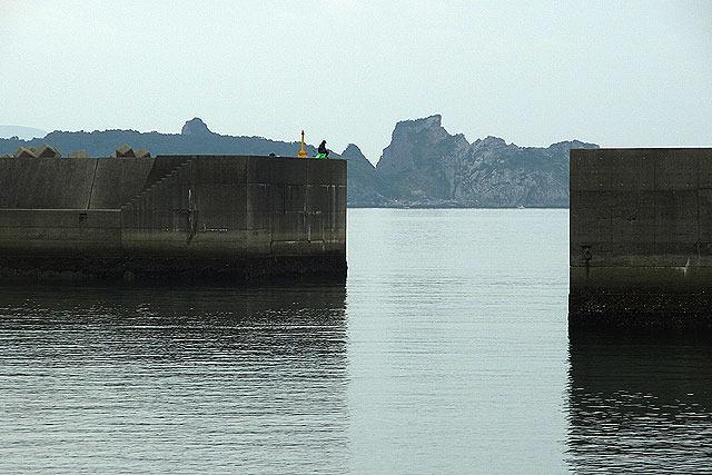 一見ただの防波堤で釣りをしてる人に見えるが…