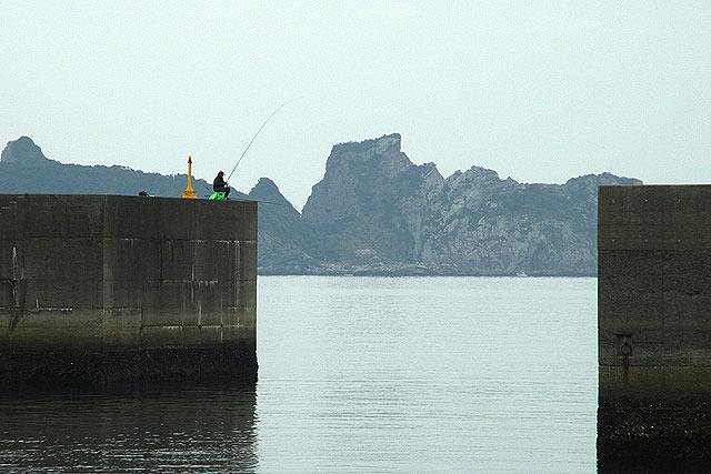 なぜそんなパズルみたいなところに釣り人は座ってるのか?