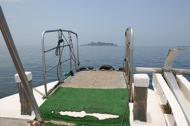 漁船に乗って行った。