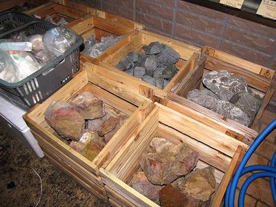 大小様々な石も雑然と積まれている。