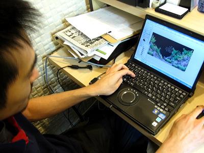 店長は取材中、お客さんに提案する水槽のレイアウト案をパソコンで作っていた。
