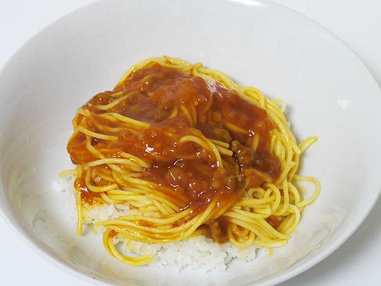 組み合わせた夢の食べ物「パスタ丼」