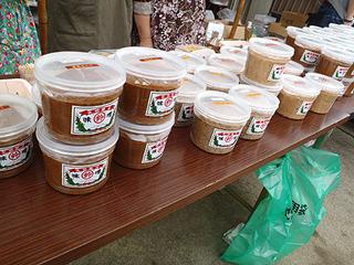 日本の誇る大豆発酵食品。味噌も麦味噌、ピーナツ入りなど各種揃う。