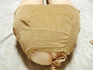 かための布で尻まわりを包む。これからこれが短パンになる。