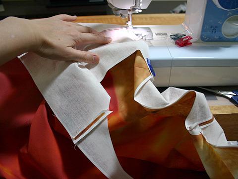 布を縫い足すにつれて、取り回す量も増えて作業場がもっさりしてくる。