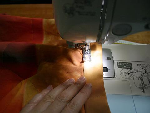 本体にベルトを縫い付ける。やっとスカートらしい作業に。