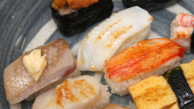 スーパーで買ったパックのにぎり寿司を焼きました。また食べたい。