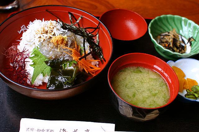 江ノ島で食べたしらす丼。生しらすに惹かれて食べた。