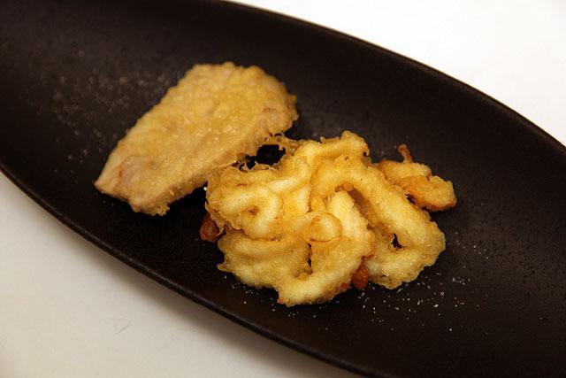 まぐろとイカの刺身も天ぷらにしちゃったよ。これがまんまと美味いでやんの。