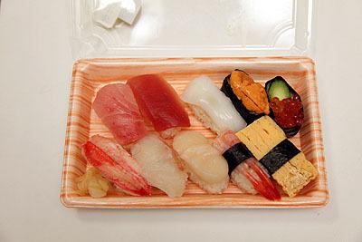 OKストアで買ってきた。スーパーの寿司としては安くて美味い。