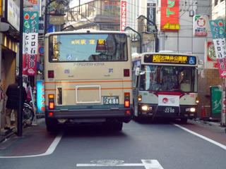 現在の見どころはアクロバティックなバスのすれ違い