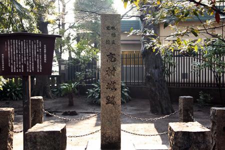 参道に城跡を示す石碑が建つ