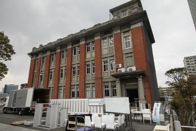 すぐ側には似たデザインの倉庫事務所も残る