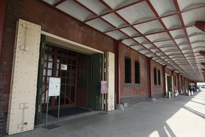 内部はレストランやショップとして活用されている