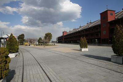 線路は赤煉瓦倉庫を横切り――