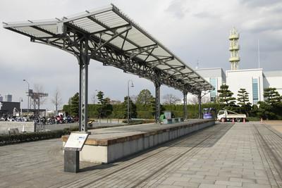 埠頭の根元、復元された横浜港駅のプラットホームで終わる