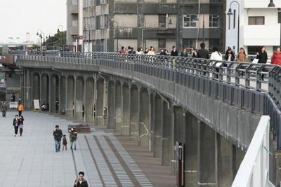 山下埠頭線の廃線跡は高架橋となって続く