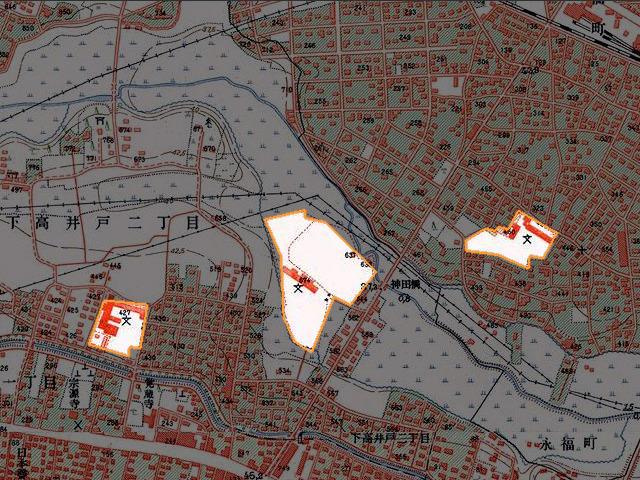 高度経済成長期の地図。注目すべき点は真ん中の区立向陽中学校の、問題のL字部分だ。食い込んでいるヶ所が水田になっている。