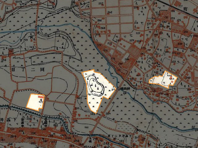 これが昭和戦前期。左はすでに学校だが、真ん中と右は田んぼと林。