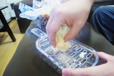 だいこんおろし器でカット。まずは食パンから