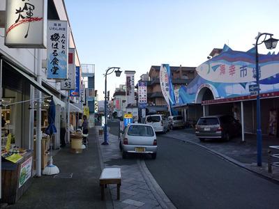 港には水産物の直売所や食事処が豊富で観光客も楽しめる。