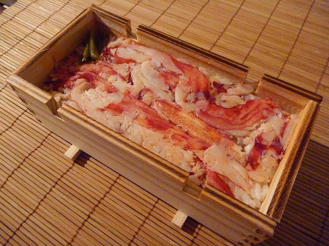 高足ガニの押し寿司。2,100円とお手頃ながら貴重なタカアシガニの肉がぎっしり。味も◎。