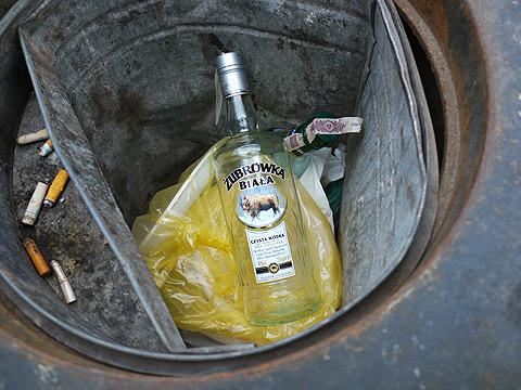 高確率で酒瓶が捨てられている