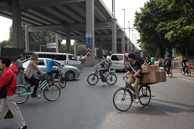 これは車道。大きな交差点の様子。車と自転車、そして歩行者が入り乱れるスクランブルぶり。