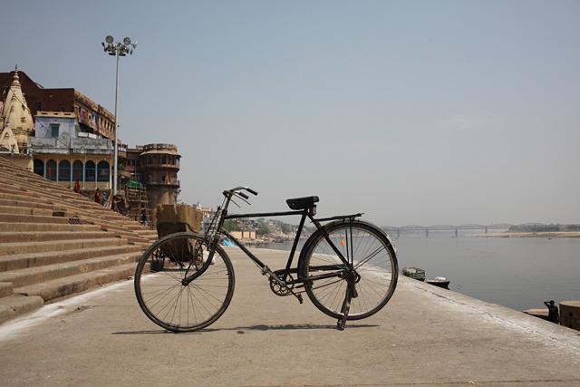 ガンジス川をバックに。こんな絵になるボロ自転車も世界中にないのではないか。