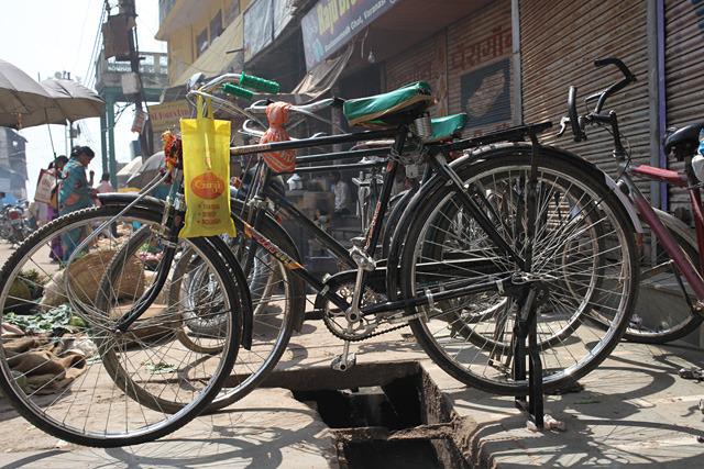 かなり新しい自転車だがデザインは中国で見た骨董自転車と共通している。この形、日本では最近あまり見ない。