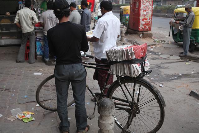 こちらは新聞配達の自転車。自転車で各家庭を回るという日本的スタイルではなく、これが街角にやってくると人が集まってここから新聞を買うという移動販売型。
