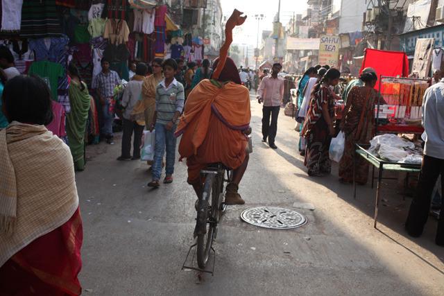 インドの骨董自転車はインド人に乗られてこそ輝く。