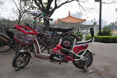 中国で見たハイテクっぽい自転車。たぶん電動。このままティーンズロード(改造好き若者向けバイク雑誌)に出られそうである。