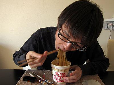 普通の箸で食べるカップラーメン、食べやすくて最高!!
