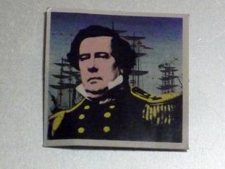 開国の重要人物・ペリー。後ろにも黒船が…って、ん?