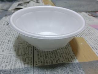 まずは100円ショップで買った紙の皿を