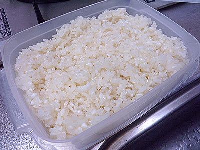 もち米を煮た鍋に直接麹を入れて、その鍋ごと保温しても構いません。