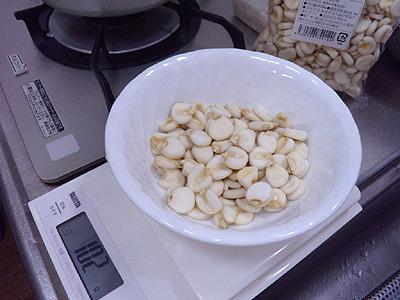 100gの乾燥ジャイアントコーンに25gの麹を入れます。