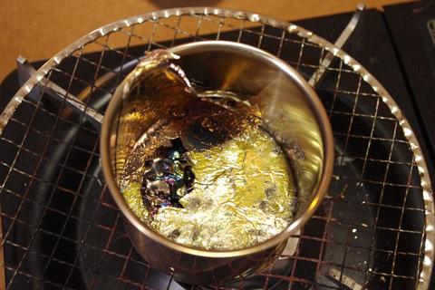 流し出した後のビスマス鍋。まだ超熱い。