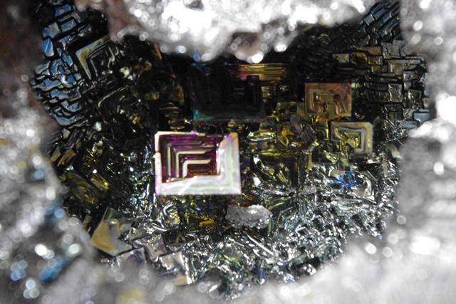 流し出した穴からのぞくビスマス結晶。キレイだけどまた熔かす。
