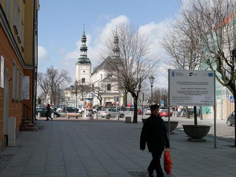 町の真ん中に教会と広場がある。それだけで何かの物語みたいだ。