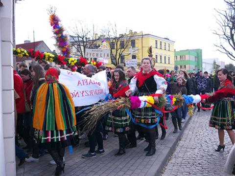 若者が行列を作って教会の中に入っていく。民族衣装を着た人たちもいた。ウォヴィチは民族衣装を着た聖体節のパレードで有名らしい。