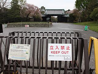 門は遠く、立ち入り禁止である。