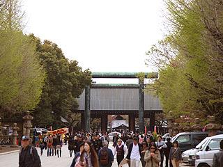 靖国神社の鳥居はでかくてかっこいい。