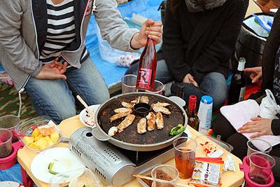 カセットコンロで焼き肉をしているグループもいて美味しそうだしうらやましい(本当は火器禁止だそうですが)。マドンナというロゼワインがお勧めだそうです。