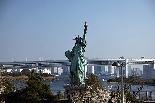 近くにはパリの自由の女神像のレプリカもある、けど自由の女神って左利きだっけ
