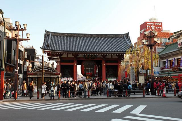 浅草の象徴、浅草寺の雷門前はいつもすごい人