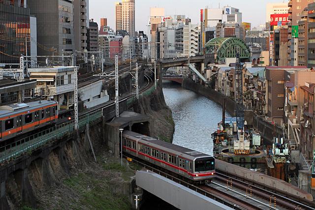 オレンジの線は中央線、トンネルから出てきた地下鉄は丸ノ内線、これぞ東京の交通の縮図